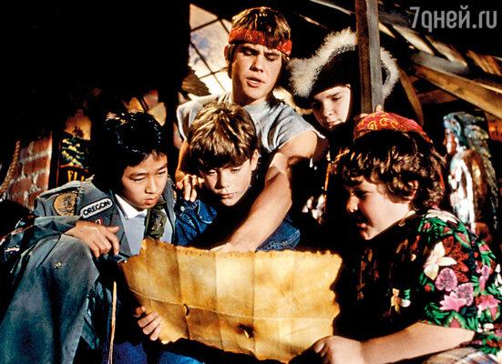 Режиссер Ричард Доннер, собиравший команду мальчишек для съемок в приключенческом фильме «Балбесы», остановил свой выбор на Бролине. На фото: стоит в центре