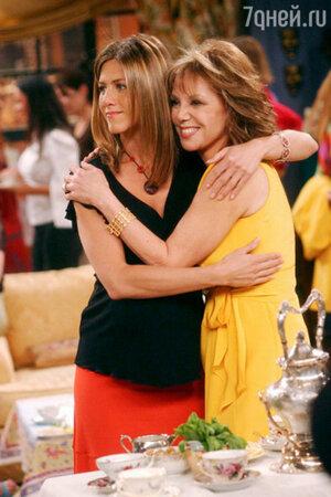 Дженнифер Энистон с матерью Нэнси Доу в сериале «Друзья»