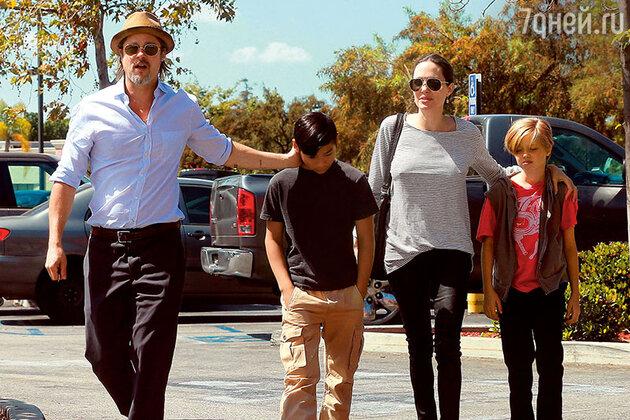 Брэд Питт и Анджелина Джоли с сыном Паксом и дочкой Шайло