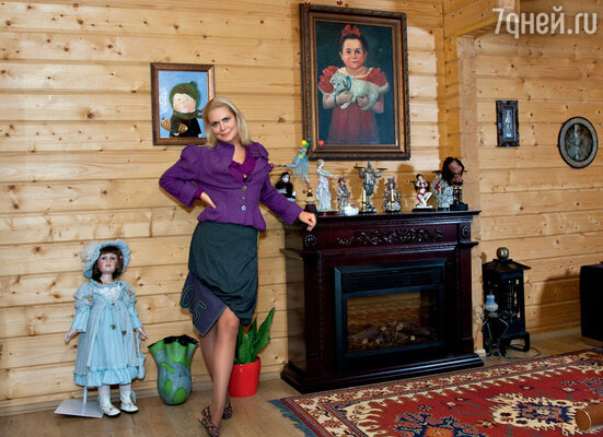 «Все куклы икартины в доме — этоподарки от близких.Картину заспинойпреподнесладочь Маша»