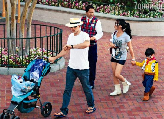 Поняв, что парк скоро закрывается, Николас Кейдж сженой Элис Ким и сыном Кэл-Элом рванул нааттракционы