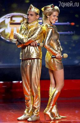 Ведущие программы – молодые звезды канала СТС – Михаил Башкатов и Маруся Зыкова, известные по комедийному сериалу  «ДаЁшь молодЁжь!»