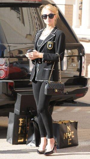 Пэрис Хилтон в твидовом жакете и сумочкой от Chanel, в туфлях от Christian Louboutin на рождественском шопинге в Калифорнии 2013