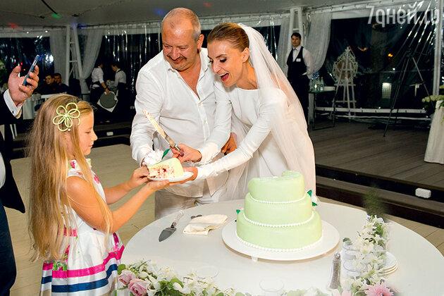 Дмитрий Марьянов с женой Ксенией и ее дочерью Анфисой