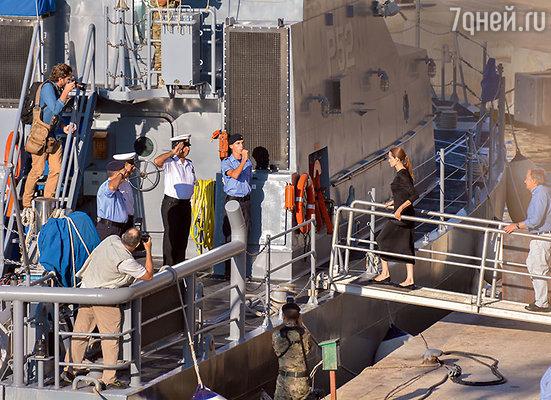 Даже во время медового месяца Джоливыполняет гуманитарные обязанности. Анджелину приветствуют офицеры мальтийского военного судна, где она встречалась спредставителями ООН по делам беженцев