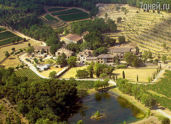 Поместье Мираваль во Франции, вкотором прошла свадебная церемония, Джоли и Питт купили в2012году за60миллионов долларов. Научастке в500 гектаров расположены виноградники, и недавно, заручившись помощью местного винодела, пара выпустила вино «Мираваль»