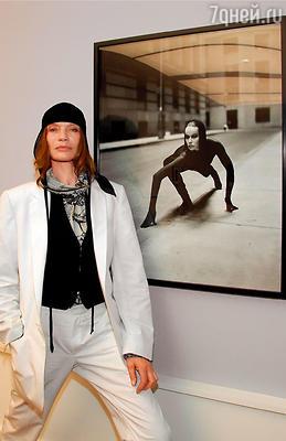 Верушка на фоне своего портрета, сделанного фотографом Андреасом Хубертусом Ильзе в музее Хельмута Ньютона, 2006 год