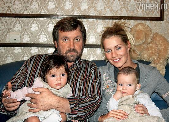 Продолжение династии. Я с дочкой Лизой и ее детьми, Настей и Игорем, правнуками Михаила Александровича