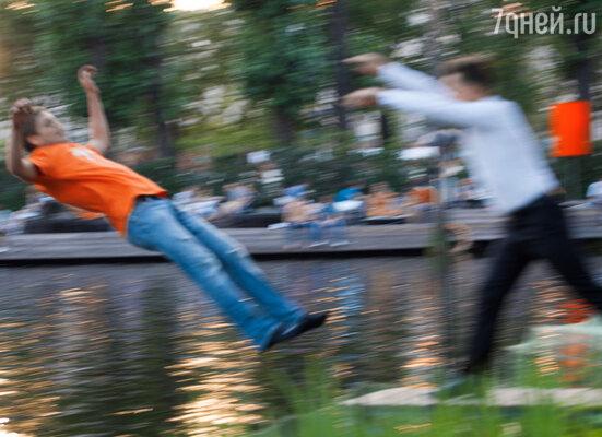 Александр так вошел в образ, что случайно на очередном дубле не рассчитал силы и ... сбросил фотографа в воду!