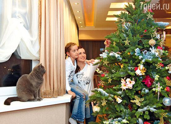 Кот по кличке Малыш тоже был рад новогодней елке и не меньше хозяек интересовался игрушками