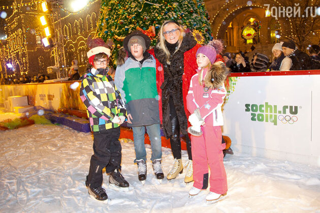Татьяна Михалкова с внуками Андреем и Сергеем (детьми Анны Михалковой) и внучкой Наташей (дочерью Артема Михалкова)