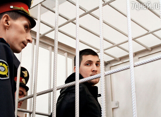 Стрелявший в меня Ивченко держался уверенно,  даже нагловато