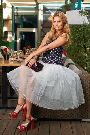 На Анастасии: Майка Bershka, юбка, сшитая на заказ, босоножки Schutz, сумка Chanel. Визажист: Полина Веденова