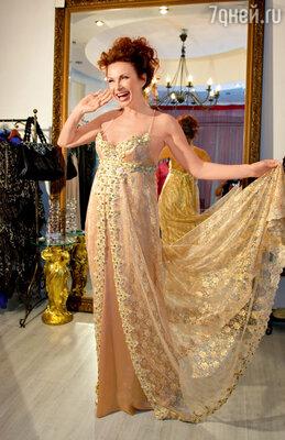 На первой примерке свадебного платья. В окончательном варианте добавятся еще две нижние юбки, пышные манжеты и кружевное болеро