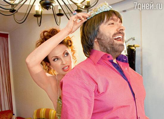 Эвелина примеряет будущему мужу... диадему невесты!