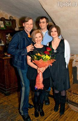 Виктор Раков с женой Люсей, сыном Борисом идочкой Настей