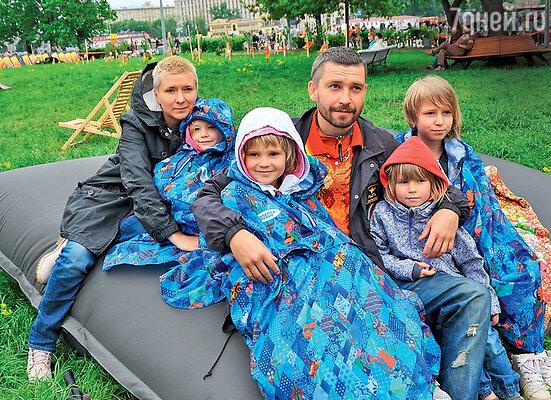 Владимир Кристовский с бывшей женой Лерой и дочерьми — Умой, Станиславой, Мией иЯсмин