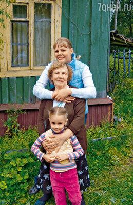 Дочери Александра Владимировича Маша и Ксюша с его мамой Раисой Георгиевной