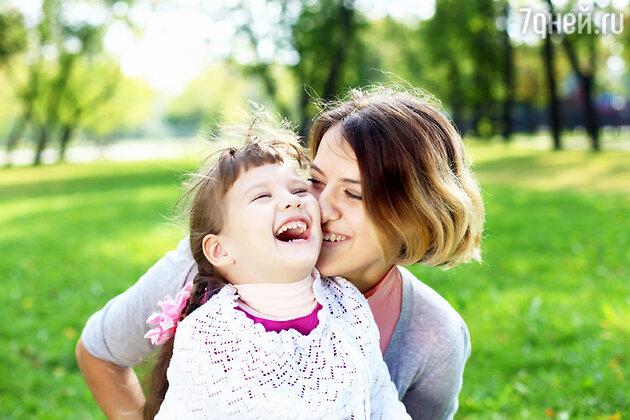 Мама с дочкой смеются