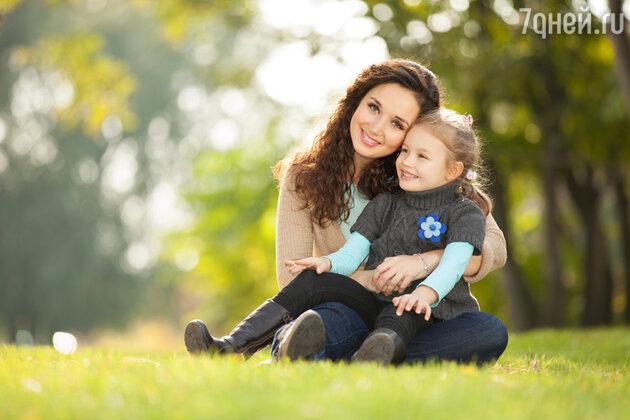 Счастливая мама с дочкой