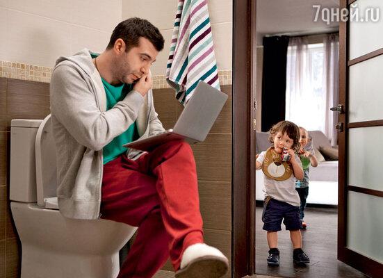 Урганту некогда заниматься детьми, он увлечен работой, даже в ванной