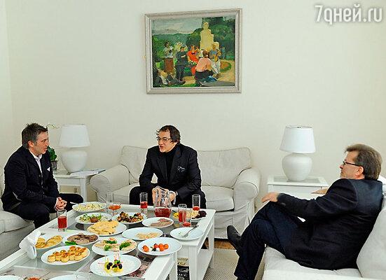 Дмитрий Дибров (в центре)
