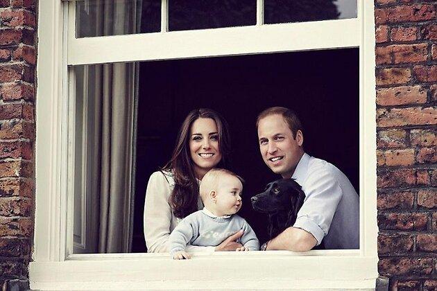 Герцог и герцогини Кембриджские вместе с 8-месячным сыном Джорджем и собакой Лупо