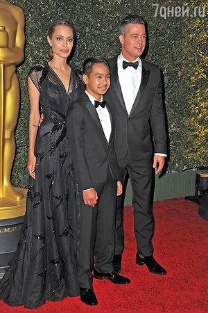 Брэд Питт и анджелина Джоли с сыном Мэддоксом