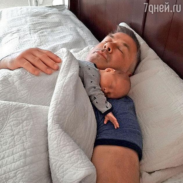 Алек Болдуин с сыном Рафаэлем Томасом