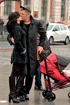 Алек Болдуин с женой Хиларией и маленьким сыном