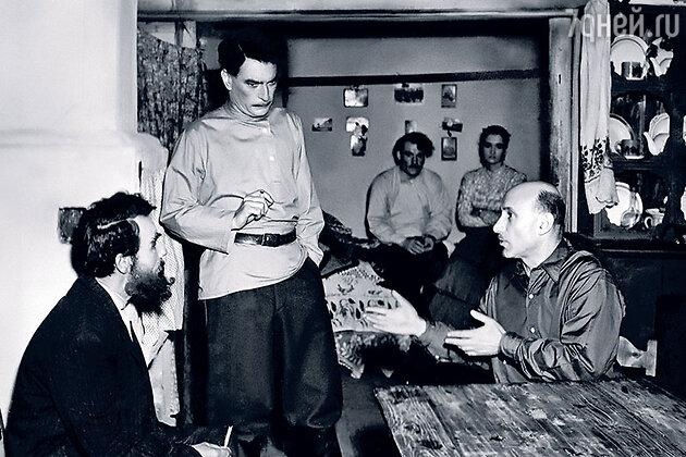 Даниил Ильченко, Петр Глебов и Сергей Герасимов. На заднем плане Зинаида Кириенко и Николай Смирнов