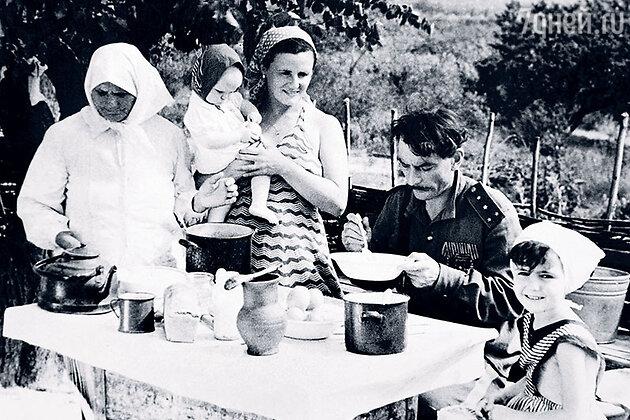 Петр Глебов с женой Марией и дочерьми — Леной и Олей