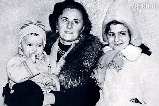 Мария Левицкая с дочерьми: Леной и Ольгой