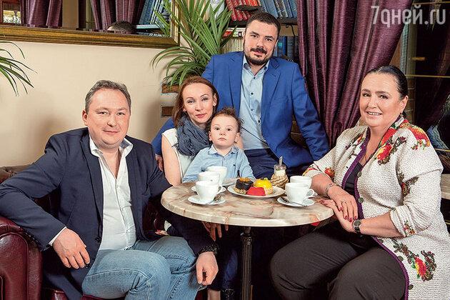 Ольга Глебова с сыновьями Петром (слева), Федором, его женой Еленой и внуком Сережей