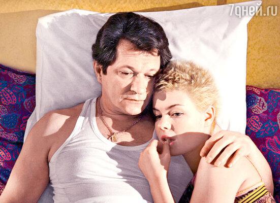 У главного интеллигента нашего экрана Андрея Ильина в сериале хватает постельных сцен. С Анной Старшенбаум