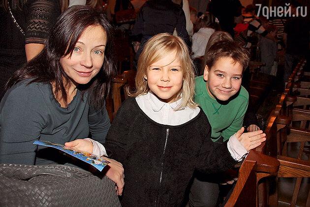 Евгения Добровольская с дочерью Настей и сыном Яном