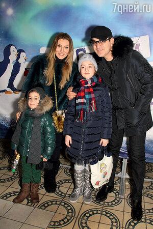 Гарик Мартиросян с женой Жанной, дочкой Жасмин и сыном Даниэлем