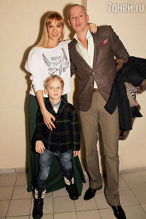 Олеся Судзиловская с сыном Артемом и мужем Сергеем Дзебанем