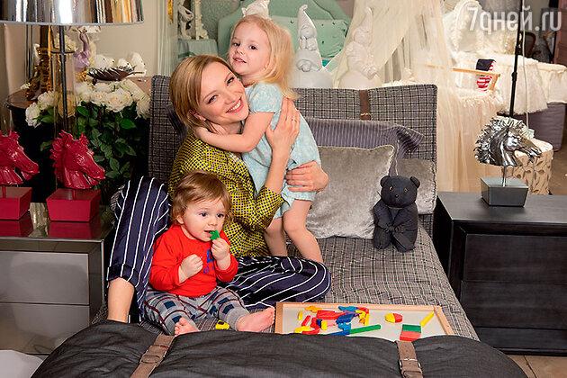 Екатерина Вилкова с дочерью Павлой и сыном Петром
