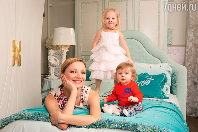 Екатерина Вилкова с дочерью и сыном
