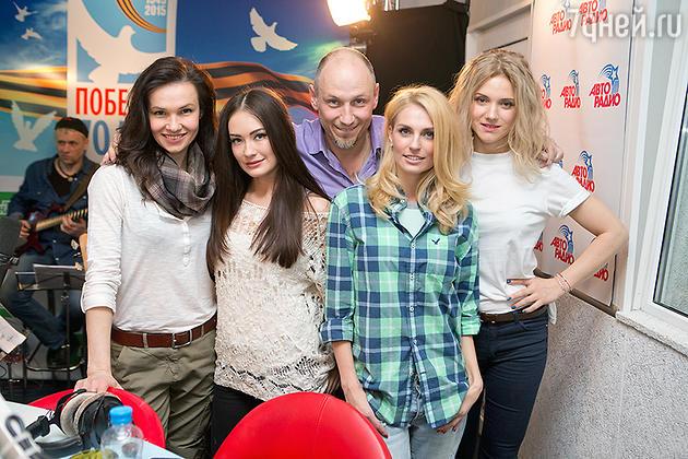 Александра Попова, Александра Савельева и Ирина Тонева с ведущими «Авторадио»