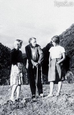 На отдыхе под Новым Афоном в 1962 году. На снимке: моя подруга Лидия Боровикова, Иван Пырьев и я, тогда еще — Лионелла Скирда