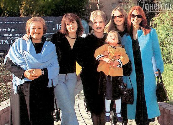 Слева направо: Любовь Васильевна Земляникина (вторая жена Олега), внучка Саша (дочь Наташи), я и Катя Стриженова с дочками Настей и Сашенькой