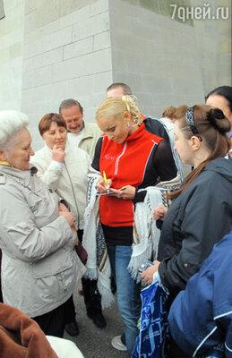 Поклонники балерины из России, Японии, Англии окружали ее плотным кольцом, чтобы взять автограф и сфотографироваться на память...