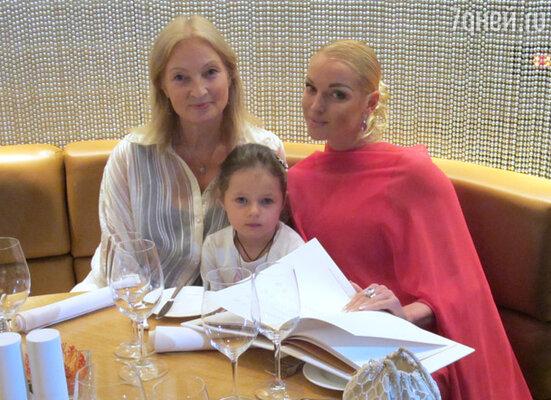 Анастасия Волочкова с  дочкой Ариадной и мамой Тамарой Владимировной
