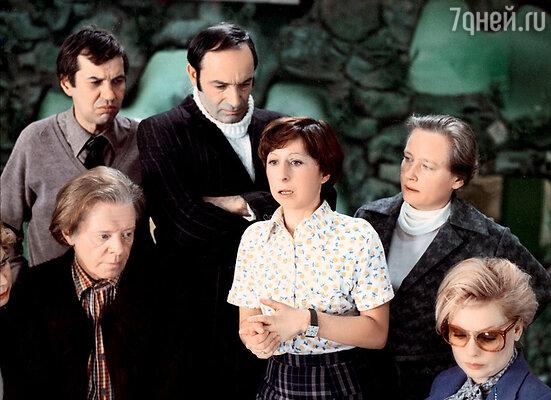 Без Ахеджаковой Рязанов вообще фильм не мыслил: именно на нее писалась роль матери-одиночки Малаевой с обостренным чувством справедливости