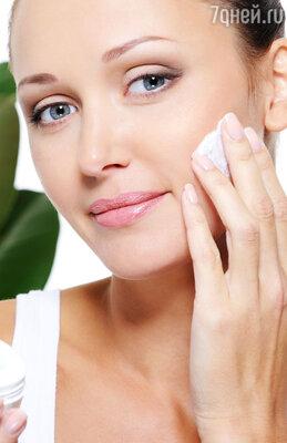 Накладываем крем со светоотражающими частичками. Это придаст коже сияния. Также используем тональный крем-флюид со светоотражающими частицами, для ровного и атласного покрытия