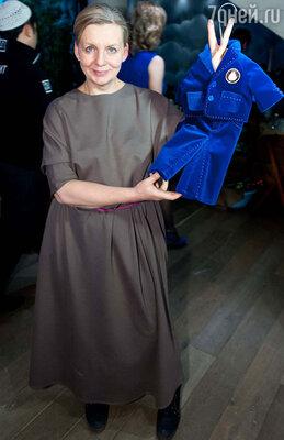 Хрюшу одевает  известный дизайнер Виктория Андриянова. Виктория подарила юбиляру новый костюм из дорогого английского бархата