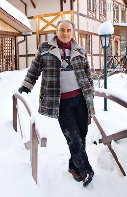 Владимир на фоне своего загородного дома