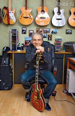 Как у любого уважающего себя рок-музыканта, у Шахрина есть коллекция гитар, которая хранится в городской квартире
